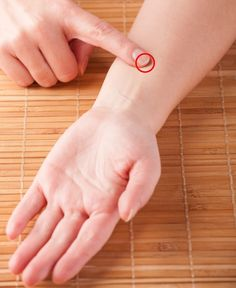 14 Pressure Points to Get Rid of Annoying Aches All Over Your Body Acupuncture Points, Acupressure Points, Hand Reflexology, Acupressure Treatment, Self Treatment, Neck And Shoulder Pain, How To Relieve Headaches, Physical Pain, Abdominal Pain