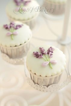Ƹ̴Ӂ̴Ʒ Sweet Ƹ̴Ӂ̴Ʒ Little Cakes ~ cupcake with lavender flower Cupcakes Flores, Flower Cupcakes, Wedding Cupcakes, Strawberry Cupcakes, Easter Cupcakes, Christmas Cupcakes, Pretty Cupcakes, Beautiful Cupcakes, Yummy Cupcakes