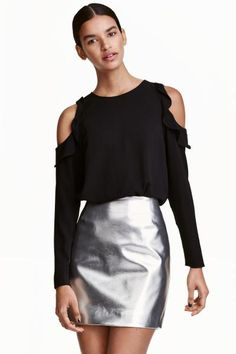Cold shoulder crêpe blouse: Loose-fitting blouse in a crêpe weave with cut-out sections and a frill at the shoulders and long sleeves. The blouse fastens with buttons down the back.