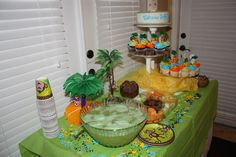Jungle Baby Shower Party Table    For more jungle/safari baby shower ideas go to:  http://www.modern-baby-shower-ideas.com/safari-baby-shower-theme.html