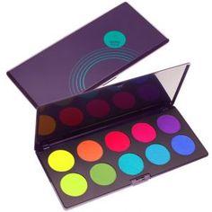 Dziesięć cieni o żywych głębokich kolorach i bogatych w osobowość zawartych w profesjonalnej palecie. Kolory Palety mineralnych cieni Intensissimi Neve Cosmetics charakteryzują się niezwykłą intensywnością, są niemal fluoroscencyjne, co pozwala na ożywienie każdego wyglądu. Aksamitna tekstura zapewnia wysoki poziom cieniowania.