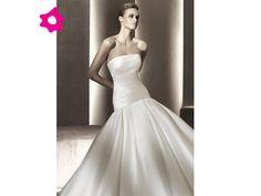 Vestido de novia strapless con cintura baja.