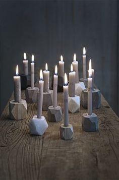 Styling bougeoirs géométriques en marbre blanc et bois brut.