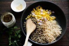 Φακόρυζο με Καστανό Ρύζι και Καλαμπόκι   Funky Cook Grains, Vegetables, Food, Rice, Essen, Vegetable Recipes, Meals, Seeds, Yemek
