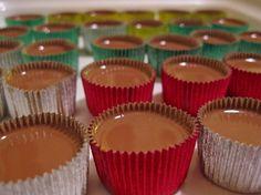 lchf-ischoklad - 200 g mörk choklad 100 g kokosolja/fett 2 ägg Nötter - 1. Börja med att smälta kokosfettet i en kastrull. 2. Ta sedan av kastrullen från plattan och rör ner din choklad i små bitar. Rör om tills chokladen har smält. 3. Vispa sedan äggen. 4. Häll försiktigt i den smeten (kokosfettet och chokladen) i äggen samtidigt som du vispar kraftigt. 5. Smaksätt med önskad smak, t.e.x rom eller någon likör. 6. Fyll sedan aluminiumformarnarna med mixen och toppa med nötter.
