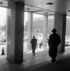 Cas Oorthuys (1908-1975) Op de trappen van de Beurs, Beursplein, Rotterdam (1956)