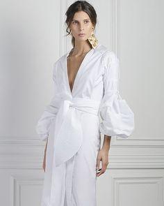 White lovers....summer outfits MAC' Asesoría de Imagen, renovamos tu armario y lo llenamos de buenas ideas. www.susanamacpherson.com… Trendy Dresses, Nice Dresses, Skirt Fashion, Fashion Dresses, Spring Skirts, Daily Dress, Caftan Dress, Look Chic, White Fashion