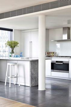 88 veces he visto estas serenas cocinas minimalistas. Kitchen Design, Kitchen Decor, Kitchen Ideas, Kitchen Post, Kitchen Island, Kitchen Cabinets, Interior Columns, Build Your House, Living Room Decor Inspiration
