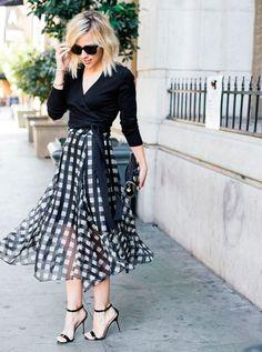 A saia em estampa Vichy pode ser em tecido formal e ser usada com saltos e blusas mais comportadas.