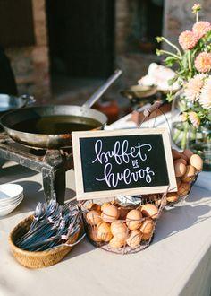 Cartel de pizarra en el buffet de huevos. Boda hipster al aire libre organizada por Detallerie. Buffet's chalk sign . Outdoors hipster wedding by Detallerie.