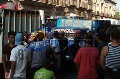 """Frente a la sede del Congreso del Estado, un grupo de unos 30 manifestantes de la Unión de Recolectores """"Hermenegildo Galeana"""" cierra la Avenida Madero Oriente; exigen la liberación de ..."""