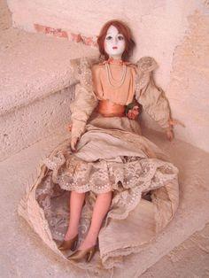 Exceptionnelle poupée de salon avec tête en porcelaine
