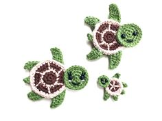 Crochet Turtle Appliques - Free and Easy patterns Free crochet pattern - Sea turtles Family Appliques - Tortues de mer How cute are these Sea turtles? They would be perfect for decorate a blanket! Crochet Turtle Pattern, Crochet Applique Patterns Free, Crochet Flower Patterns, Crochet Patterns Amigurumi, Crochet Motif, Crochet Appliques, Blanket Crochet, Crochet Flowers, Preemie Crochet