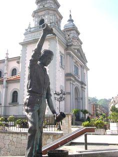 Escultura de homem escançando sidra. Praça de Requejo em Mieres, no Principado das Astúrias, Espanha.  Fotografia:  Astur1.