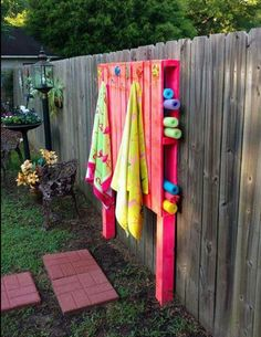 DIY Pallet Pool Noodles and Towel Holder - Summer Hacks Backyard Projects, Outdoor Projects, Outdoor Decor, Backyard Pallet Ideas, Backyard Toys, Diy Pool Toys, Budget Backyard Ideas, Outdoor Spaces, Pallet Ideas For Outside