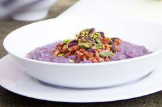 Il cavolo rosso in cucina è perfetto per preparare piatti scenografici. Ecco la ricetta di Syria per una Vellutata di cavolo rosso con pancetta e pistacchi.