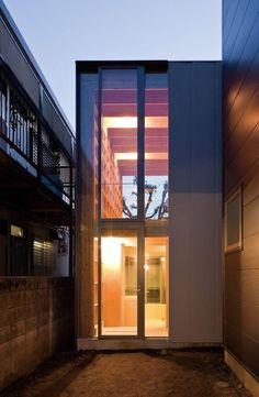 Inspire-se com nossa seleção de fotos incríveis de fachadas de casas estreitas para ajudar no seu próximo projeto.