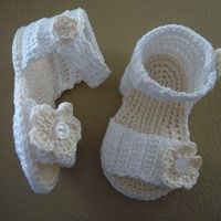 Artesanio, la web de las cosas hechas a mano Baby Girl Sandals, Crochet Baby Sandals, Baby Blanket Crochet, Knit Shoes, Crochet Shoes, Love Crochet, Baby Flip Flops, Baby Bootees, Cute Baby Shoes