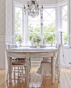 Fortsätter med gamla favoriter. Vårt gamla matrum var verkligen en favorit. Älskade ljuset och känslan där inne.  An old picture from the diningroom in our old house. Loved the light and the feeling in that room. #diningroom #countrystyle #lantligt #matrum #ouroldhome #chandelier #antiques # by jenny.k.karlsson