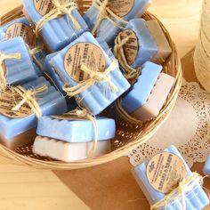 Dois sabonetes em barra, hidratantes e muito perfumados, amarrados com fio de juta e tag personalizada no papel kraft.