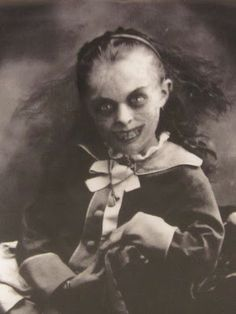 Creepy<< haha I legit have a Halloween decoration with this picture Creepy Kids, Creepy Dolls, Arte Horror, Horror Art, Horror Pics, Creepy Horror, Paranormal, Photo Halloween, Creepy Halloween
