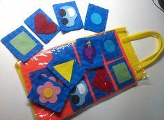 Peça confeccionada em feltro, sacola de tnt e plástico costuradas à mão.    Composta por instruções de uso, 1 sacola, 1 tabuleiro, 7 cartas de feltro. Para crianças de 2 à 3 anos.