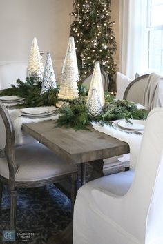 Creating simple Christmas Dinning Table settings - tips and tricks to a wonderfully styled holiday that last throughout the season Dinning Table Set, Christmas Dining Table, Christmas Table Settings, Christmas Tablescapes, Christmas Centerpieces, Christmas Decorations, Table Decorations, Holiday Decorating, Dining Room