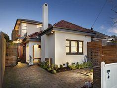 Pavers californian bungalow house exterior with sash windows & landscaped garden - House Facade photo 525901