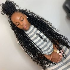 All styles of box braids to sublimate her hair afro On long box braids, everything is allowed! For fans of all kinds of buns, Afro braids in XXL bun bun work as well as the low glamorous bun Zoe Kravitz. Faux Locs Hairstyles, Braided Hairstyles For Black Women, African Braids Hairstyles, Baddie Hairstyles, Black Hairstyles, Hairstyles Pictures, Hairstyles Videos, Hairstyles 2018, Updo Hairstyle