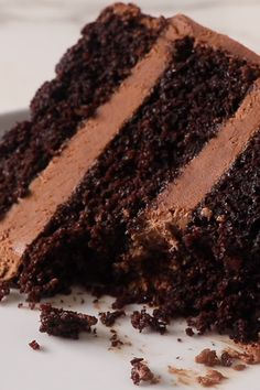 This chocolate cake recipe has a lot going for it and it solves a lot of problems. It is an easy, adaptable recipe that is perfect for any occasion. All you need is one bowl and less than 10 minutes to mix the chocolate cake batter. Amazing Chocolate Cake Recipe, Best Chocolate Cake, Homemade Chocolate, Chocolate Recipes, Chocolate Buttercream, Buttercream Frosting, Chocolate On Chocolate Cake, Chocolate Cake Recipe Without Baking Soda, Black Cake Recipe