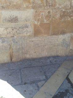 Una de las lápidas en la base de La Giralda