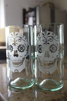 Sugar Skull Glass Set by Windcatcher on Etsy I love the fleur de Lis on it Glass Etching, Etched Glass, Skull And Bones, Skull Art, Decoration, Diy Crafts, Crafty, Mugs, Cool Stuff