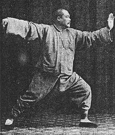 Yang Chengfu dans une posture du tai-chi style Yang, vers 1931.