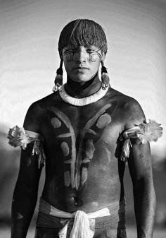 Um membro da tribo Kalapalo, da aldeia de Ahia, em Mato Grosso.