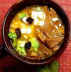 Sopa de tortilla: La deliciosa sopa de tortilla se elabora con los ingredientes más cotidianos mexicanos: tortillas, caldo de pollo, jitomate, chile seco, aguacate y queso.