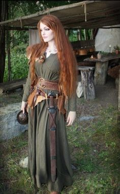 Die grüne Fee an actually historically correct Celtic outfit, minus the sword. Well, it was acceptable in Celtic societies for women to fight in battle, so I guess it is fine. Medieval Dress, Moda Medieval, Medieval Costume, Medieval Clothing, Viking Dress, Female Viking Costume, Celtic Costume, Viking Cosplay, Celtic Clothing