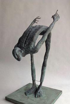Figura Ma314. 2015. Arcilla polimérica. Polvo de bronce patinado. Acero, cuerda. 32 x 15 x 15 cm. http://www.pablohuesoart.com
