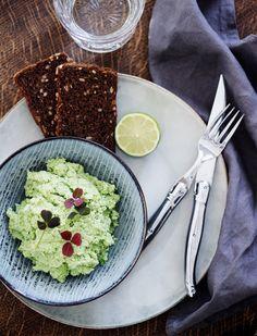 Jeg har fået en ny afhængighed. Det er grønt, det er sundt og så passer det nærmest som tilbehør til al slags mad. Det er edamame hummus, der er tale…