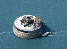 Spitbank Fort wedding venue 1 mile off of the coast of Portsmouth, Hampshire. This quirky wedding venue is perfect to hold your whole wedding day celebrations, with 9 luxurious bedrooms no need to go back to land. Celebrate with the open fire pits and hot tubs.