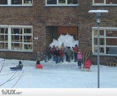 Schule zugemauert mit Schnee :D