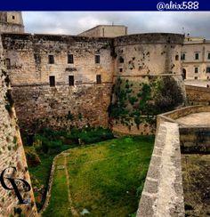Otranto fossato del castello. 40°09′00″N 18°29′00″E