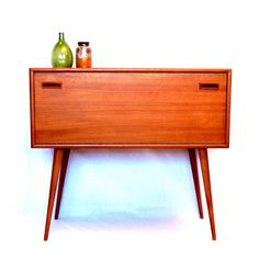 http://www.vintagevirus.nl/tekoop/mooi-vintage-dressoirkastje-met-leuke-schuine-poten-uit-de-jaren-50-60/