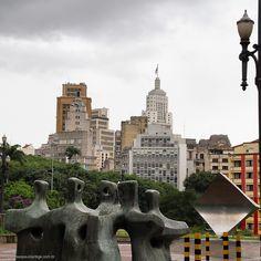 Praça da Sé. Ao fundo parte do edifício Altino Arantes com a bandeira hasteada.