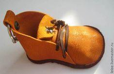 1. Рисуем выкройку (эту выкройку я придумала сама- самая моя любимая моделька). Здесь я забыла совсем про каблучок, но это не страшно. Сама форма ботинка может быть любой : с круглым носиком, острым (как в индийских тапочках например), квадратным... вообщем каким вы сами захотите.Сразу измерьте окружность носка и пятки. Задник, в моем случае равен 12 см в длину и 4 см в высоту (у вас могут быть другие цифры, выота, какая захотите)) 2.