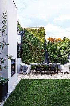 I love the clean, rectangular lines of the grass and the ivy. This is a balanced, calm and beautiful space.