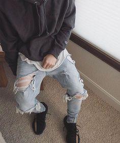 "6,102 mentions J'aime, 38 commentaires - STREETWEAR ☓ GERMANY (@streetwearde) sur Instagram : ""Ripped Jeans x Yeezy @f_w_rise #strwrde"""