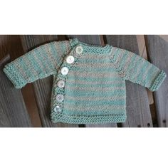 Short Notice is the perfect last minute go-to gift for every baby.Yarn weightAran / 10 ply (8 wpi) ? Gauge16 stitches = 4 inchesNeedle sizeUS 9 - 5.5 mmYardage225 - 500 yards (206 - 457 m)Sizes availableNewborn(3 months,6 months,9-12 months, 12-24 months,2-3 years,4-6 years)Short Notice is a classic cardigan for any boy or girl.This is knit top down, with buttons down the side and the choice of long or short sleeves.