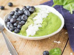 Grüne Smoothie Bowl mit Avocado und Kiwi