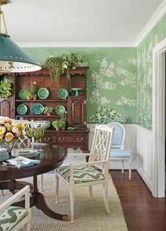 mark-sikes-gracie-wallpaper-chinoiserie-handpainted-celedon-majolica-antique-hutch-green and white rooms dining room Green Dining Room, Green Rooms, Dining Room Walls, White Rooms, Dining Room Design, Wall Paper Dining Room, Wallpaper In Dining Room, Design Room, Chair Design