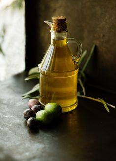 """Mästet man Mäuse mit Fett und Fruktose, werden sie sehr schnell sehr fett. Gibt man ihnen aber gleichzeitig Olivenblatt-Extrakt (reich an Polyphenolen), bleiben sie dünn und gesund. Grund dafür ist unter Anderem die gesteigerte Wärmebildung in den Mäusen. Die zusätzliche Energie """"verpufft"""" einfach als Wärme.   Echt stark, was Oliven können, oder? Isst Du auch gerne Oliven und kochst mit viel Olivenöl? Zur Studie gehts hier…"""